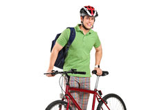 Jeune cycliste posant à côté d'une bicyclette Images libres de droits