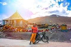 Jeune cycliste se tenant sur la route de montagne, état de Jammu-et-Cachemire, Inde du nord Image stock