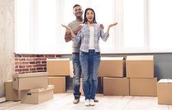 Jeune déménager de couples Photographie stock libre de droits