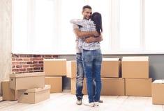 Jeune déménager de couples Images libres de droits