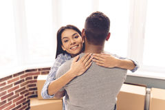 Jeune déménager de couples Photos libres de droits