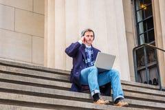 Jeune déplacement américain d'homme, fonctionnant à New York Image libre de droits