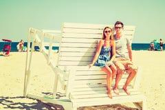 Jeune déplacement américain de couples, détendant sur la plage dans nouveau Je Photos stock