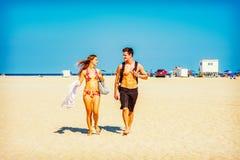 Jeune déplacement américain de couples, détendant sur la plage dans nouveau Je Photographie stock