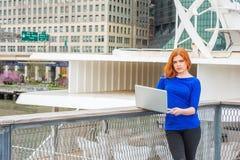 Jeune déplacement américain de femme, fonctionnant à New York Photos libres de droits