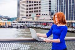 Jeune déplacement américain de femme, fonctionnant à New York Photographie stock