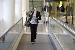 Jeune déplacement de femme d'affaires Photo libre de droits