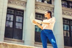 Jeune déplacement de femme d'affaires d'Afro-américain, fonctionnant dans nouveau Y Photographie stock libre de droits
