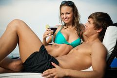 Jeune détente sexy de couples Photographie stock
