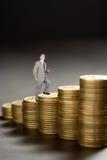Jeune d'homme d'affaires carrière en haut d'argent photos stock