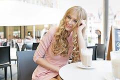 Jeune dame étonnante avec le sourire de tentation image stock