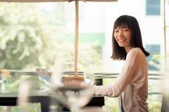 Jeune dame asiatique d'affaires images stock