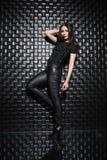 Jeune dame attirante dans des vêtements noirs image stock