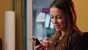 Jeune dame attirante de flirt virtuel envoyant le message de téléphone portable banque de vidéos