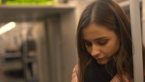 Jeune dame attirante montant dans le souterrain, transport en commun, la vie dans la grande ville clips vidéos