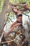 Jeune dame avec de longs cheveux dans les vêtements de bain se reposant dessus Image stock