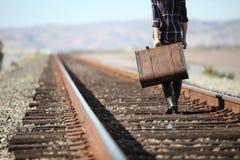Jeune dame avec la rétro valise sur le chemin de fer photos stock