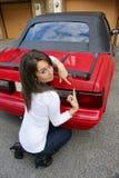 Jeune dame avec la voiture de sport convertible Images libres de droits
