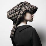 Jeune dame avec le chapeau Photo stock