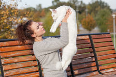 Jeune dame avec le chat de Maine Coon Photo stock