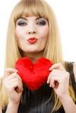 Jeune dame avec le coeur rouge Images stock