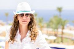 Jeune dame ayant des vacances à l'hôtel de tourisme tropical Images libres de droits