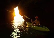 Jeune dame barbotant le kayak images libres de droits