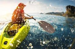 Jeune dame barbotant le kayak image libre de droits