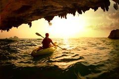 Jeune dame barbotant le kayak photos libres de droits