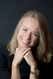 Jeune dame blonde dans le T-shirt noir souriant avec des dents images libres de droits