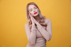 Jeune dame blonde de sommeil avec les lèvres lumineuses de maquillage Images stock