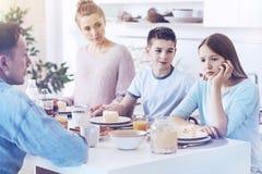 Jeune dame bouleversée obtenant émotive pendant le petit déjeuner de famille Photo libre de droits