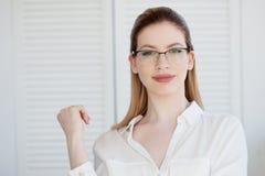 Jeune dame d'affaires en chemise et verres blancs Sourire attrayant de jeune femme photo libre de droits