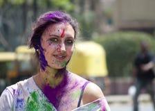 Jeune dame d'expat avec le visage peint dans l'Inde pendant le Holi Photographie stock libre de droits