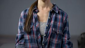 Jeune dame dans des vêtements sport à la maison, utilisant la chemise de plaid surdimensionnée d'homme, mode images libres de droits
