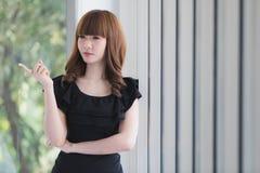 Jeune dame dans la robe noire image stock
