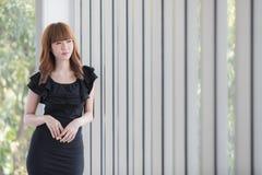 Jeune dame dans la robe noire photographie stock libre de droits