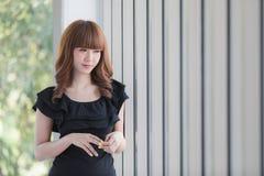 Jeune dame dans la robe noire images stock