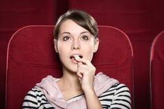 Jeune dame dans la salle de cinéma Image stock