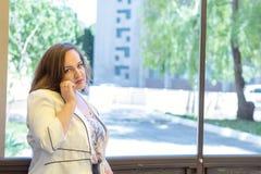 Jeune dame dans le café de rue Photographie stock libre de droits
