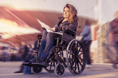 Jeune dame dans un fauteuil roulant Image libre de droits