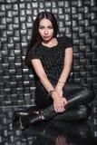 Jeune dame de attirance dans des vêtements noirs photographie stock