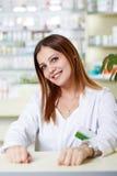 Jeune dame de pharmacien au bureau photo libre de droits