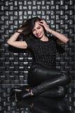 Jeune dame de sourire dans des vêtements noirs photo stock
