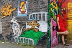 Jeune dame en rouge et personnages de dessin animé Image libre de droits