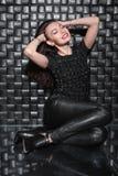 Jeune dame espiègle dans des vêtements noirs images stock