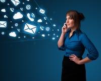 Jeune dame faisant l'appel téléphonique avec des graphismes de message Photos stock