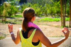 Jeune dame faisant l'exercice en parc Images libres de droits