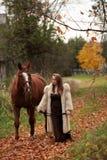Jeune dame formelle marchant son cheval Images libres de droits