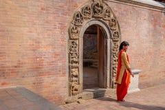 Jeune dame frappant une pause devant Royal Palace photo stock
